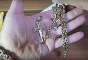 крест с цепочкой в живую